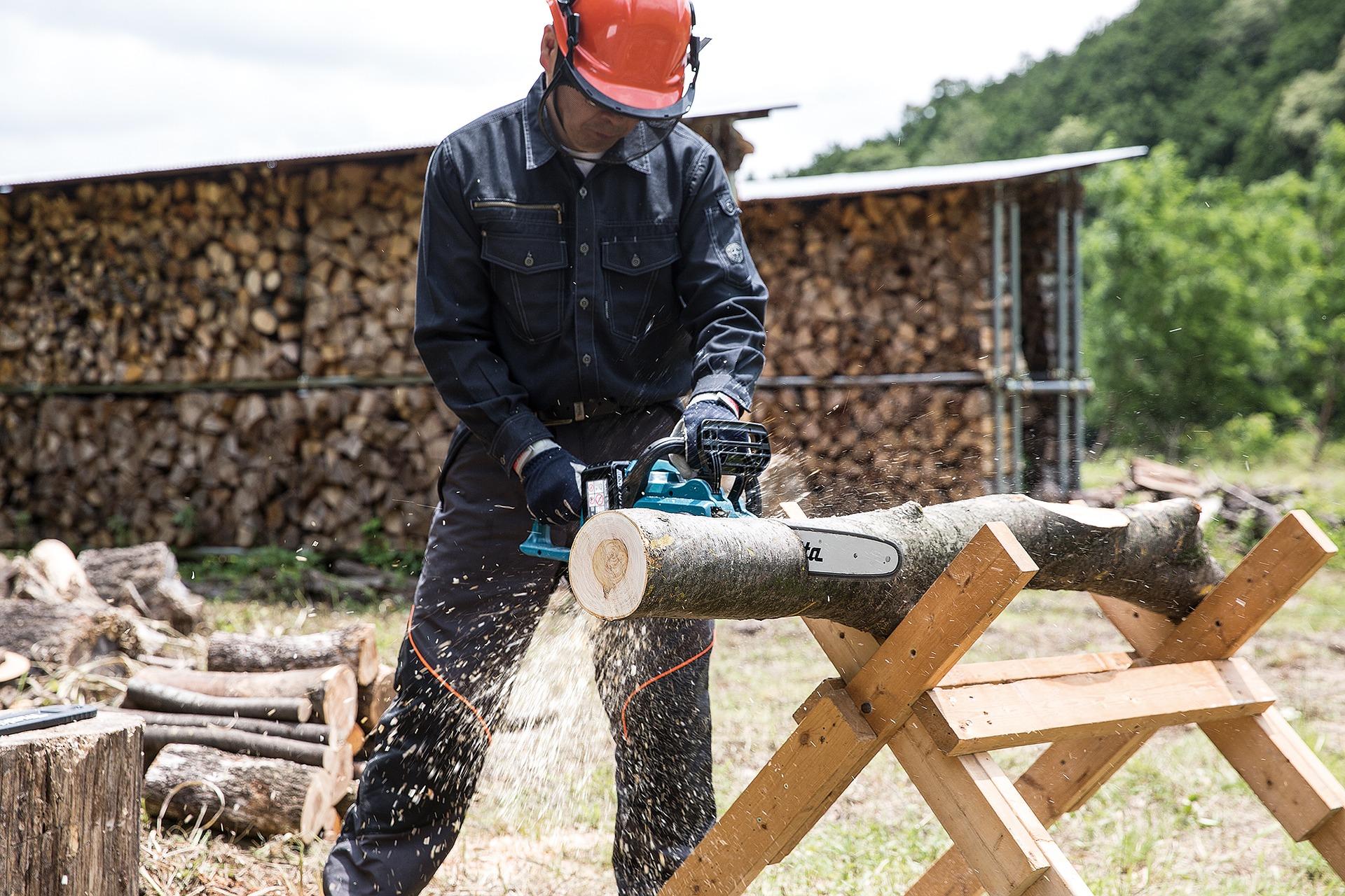 Mężczyzna tnący drewno